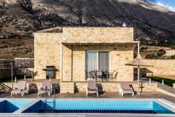 Фасад дома. Греция, Превели : Современная вилла с бассейном и видом на море, барбекю, парковка, Wi-Fi