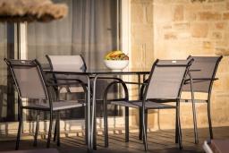 Обеденная зона. Греция, Превели : Современная вилла с бассейном и видом на море, барбекю, парковка, Wi-Fi