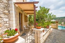 Терраса. Греция, Коккино Хорио : Прекрасная вилла в комплексе с общим бассейном, гостиная, спальня, 2 ванные комнаты, терраса, парковка, Wi-Fi