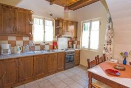 Кухня. Греция, Коккино Хорио : Прекрасная вилла в комплексе с общим бассейном, гостиная, спальня, 2 ванные комнаты, терраса, парковка, Wi-Fi