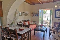 Гостиная. Греция, Коккино Хорио : Прекрасная вилла в комплексе с общим бассейном, гостиная, спальня, 2 ванные комнаты, терраса, парковка, Wi-Fi