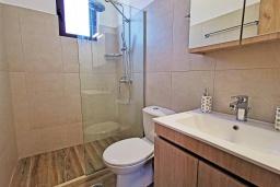 Ванная комната. Греция, Плакиас : Прекрасная вилла с бассейном и видом на море, 2 спальни, 2 ванные комнаты, барбекю, парковка, Wi-Fi