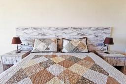 Спальня. Греция, Плакиас : Прекрасная вилла с бассейном и видом на море, 2 спальни, 2 ванные комнаты, барбекю, парковка, Wi-Fi