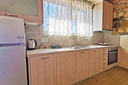 Кухня. Греция, Плакиас : Прекрасная вилла с бассейном и видом на море, 2 спальни, 2 ванные комнаты, барбекю, парковка, Wi-Fi