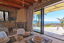 Гостиная. Греция, Плакиас : Прекрасная вилла с бассейном и видом на море, 2 спальни, 2 ванные комнаты, барбекю, парковка, Wi-Fi