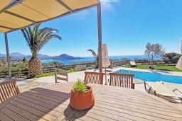 Обеденная зона. Греция, Плакиас : Прекрасная вилла с бассейном и видом на море, 2 спальни, 2 ванные комнаты, барбекю, парковка, Wi-Fi