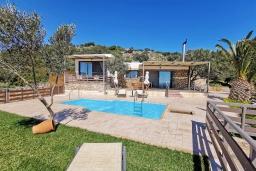 Фасад дома. Греция, Плакиас : Прекрасная вилла с бассейном и видом на море, 2 спальни, 2 ванные комнаты, барбекю, парковка, Wi-Fi