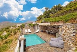 Бассейн. Греция, Плакиас : Современная вилла с бассейном и видом на море, 2 спальни, 2 ванные комнаты, парковка, Wi-Fi