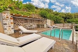 Зона отдыха у бассейна. Греция, Плакиас : Современная вилла с бассейном и видом на море, 2 спальни, 2 ванные комнаты, парковка, Wi-Fi