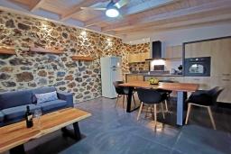 Гостиная. Греция, Плакиас : Современная вилла с бассейном и видом на море, 2 спальни, 2 ванные комнаты, парковка, Wi-Fi