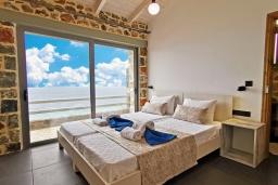 Спальня. Греция, Плакиас : Современная вилла с бассейном и видом на море, 2 спальни, 2 ванные комнаты, парковка, Wi-Fi