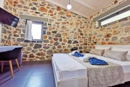 Спальня 2. Греция, Плакиас : Современная вилла с бассейном и видом на море, 2 спальни, 2 ванные комнаты, парковка, Wi-Fi