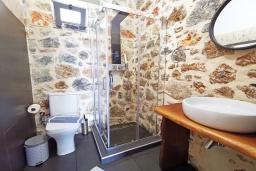 Ванная комната. Греция, Плакиас : Современная вилла с бассейном и видом на море, 2 спальни, 2 ванные комнаты, парковка, Wi-Fi