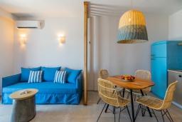 Гостиная. Греция, Превели : Уютная вилла в 250 метрах от пляжа с бассейном и видом на море, гостиная, спальня, парковка, Wi-Fi