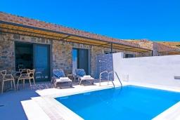 Фасад дома. Греция, Превели : Уютная вилла в 250 метрах от пляжа с бассейном и видом на море, гостиная, спальня, парковка, Wi-Fi