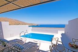 Бассейн. Греция, Превели : Уютная вилла в 250 метрах от пляжа с бассейном и видом на море, гостиная, спальня, парковка, Wi-Fi