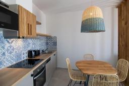 Кухня. Греция, Превели : Уютная вилла в 250 метрах от пляжа с бассейном и видом на море, гостиная, спальня, парковка, Wi-Fi