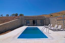 Фасад дома. Греция, Превели : Уютная вилла в 250 метрах от пляжа с бассейном и видом на море, 2 спальни, 2 ванные комнаты, парковка, Wi-Fi