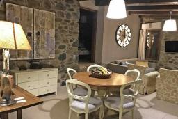 Гостиная. Греция, Малеме : Прекрасная вилла с бассейном, джакузи, зеленой лужайкой и барбекю, 2 спальни, сауна, парковка, Wi-Fi