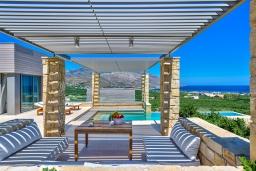 Патио. Греция, Киссамос Кастели : Современная вилла с бассейном и видом на море, барбекю, парковка, Wi-Fi
