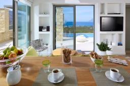 Обеденная зона. Греция, Киссамос Кастели : Современная вилла с бассейном и видом на море, 2 спальни, 2 ванные комнаты, барбекю, парковка, Wi-Fi