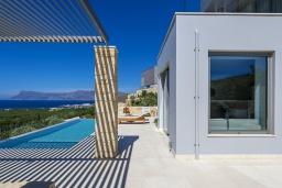 Территория. Греция, Киссамос Кастели : Современная вилла с бассейном и видом на море, 2 спальни, 2 ванные комнаты, барбекю, парковка, Wi-Fi