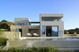Фасад дома. Греция, Киссамос Кастели : Современная вилла с бассейном и видом на море, 3 спальни, 3 ванные комнаты, барбекю, парковка, Wi-Fi