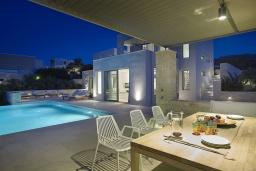 Обеденная зона. Греция, Киссамос Кастели : Современная вилла с бассейном и видом на море, 3 спальни, 3 ванные комнаты, барбекю, парковка, Wi-Fi