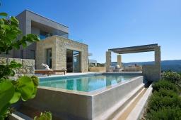 Фасад дома. Греция, Киссамос Кастели : Современная вилла с бассейном и видом на море, 2 спальни, 2 ванные комнаты, барбекю, парковка, Wi-Fi