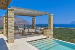 Патио. Греция, Киссамос Кастели : Современная вилла с бассейном и видом на море, 2 спальни, 2 ванные комнаты, барбекю, парковка, Wi-Fi