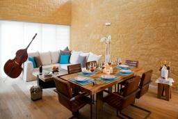 Гостиная. Греция, Малеме : Современная вилла с бассейном, джакузи и зеленым двориком, 3 спальни, 2 ванные комнаты, парковка, Wi-Fi