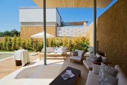 Патио. Греция, Малеме : Современная вилла с бассейном, джакузи и зеленым двориком, 3 спальни, 2 ванные комнаты, парковка, Wi-Fi