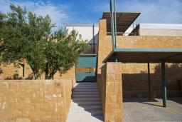 Фасад дома. Греция, Малеме : Современная вилла с бассейном, джакузи и зеленым двориком, 3 спальни, 2 ванные комнаты, парковка, Wi-Fi