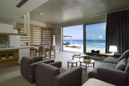 Гостиная. Греция, Киссамос Кастели : Роскошная пляжная вилла с бассейном и шикарным видом на море, 2 спальни, 2 ванные комнаты, барбекю, парковка, Wi-Fi
