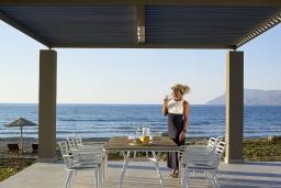 Обеденная зона. Греция, Киссамос Кастели : Роскошная пляжная вилла с бассейном и шикарным видом на море, 2 спальни, 2 ванные комнаты, барбекю, парковка, Wi-Fi