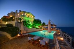 Фасад дома. Греция, Айя Пелагия : Роскошная вилла с бассейном, двориком с барбекю и видом на море, 3 спальни, 3 ванные комнаты, парковка, Wi-Fi