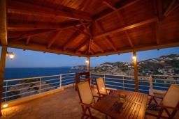 Обеденная зона. Греция, Айя Пелагия : Роскошная вилла с бассейном, двориком с барбекю и видом на море, 3 спальни, 3 ванные комнаты, парковка, Wi-Fi