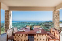 Обеденная зона. Греция, Малеме : Роскошная вилла с двумя бассейнами, джакузи, теннисным кортом и двориком с барбекю, 5 спален, 4 ванные комнаты, сауна, парковка, Wi-Fi