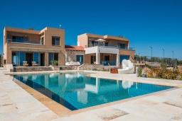 Фасад дома. Греция, Малеме : Роскошная вилла с двумя бассейнами, джакузи, теннисным кортом и двориком с барбекю, 5 спален, 4 ванные комнаты, сауна, парковка, Wi-Fi
