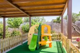 Детская площадка. Греция, Малеме : Роскошная вилла с двумя бассейнами, джакузи, теннисным кортом и двориком с барбекю, 5 спален, 4 ванные комнаты, сауна, парковка, Wi-Fi