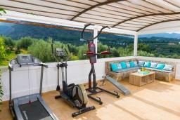 Терраса. Греция, Сиси : Прекрасная вилла с бассейном и зеленым двориком с барбекю, 5 спален, 5 ванных комнат, парковка, Wi-Fi