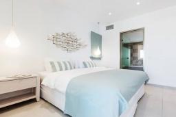 Спальня. Греция, Сиси : Роскошная вилла с бассейном и двориком с барбекю, 6 спален, 4 ванные комнаты, парковка, Wi-Fi