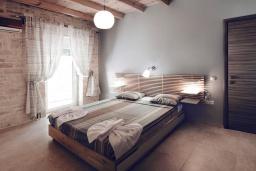 Спальня. Греция, Каливес : Прекрасная вилла в 35 метрах от пляжа, с бассейном, зеленым двориком и видом на море, 3 спальни, 3 ванные комнаты, барбекю, парковка, Wi-Fi