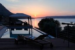 Вид на море. Греция, Каливес : Прекрасная вилла в 35 метрах от пляжа, с бассейном, зеленым двориком и видом на море, 3 спальни, 3 ванные комнаты, барбекю, парковка, Wi-Fi