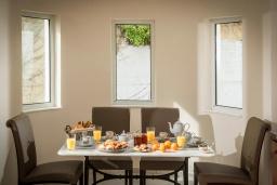 Обеденная зона. Греция, Ираклион : Роскошная вилла с бассейном с джакузи и видом на море, 5 спален, 2 ванные комнаты, барбекю, парковка, Wi-Fi