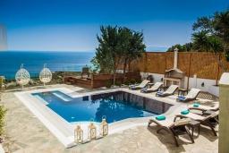 Бассейн. Греция, Ираклион : Роскошная вилла с бассейном с джакузи и видом на море, 5 спален, 2 ванные комнаты, барбекю, парковка, Wi-Fi