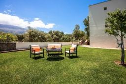 Территория. Греция, Сиси : Роскошная вилла с бассейном и зеленым двориком с барбекю, 5 спален, 3 ванные комнаты, парковка, Wi-Fi