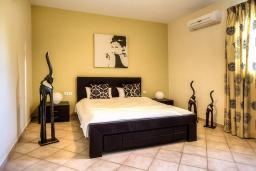 Спальня. Греция, Сиси : Роскошная вилла с бассейном и зеленым двориком с барбекю, 5 спален, 3 ванные комнаты, парковка, Wi-Fi
