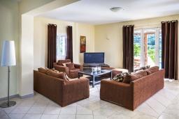 Гостиная. Греция, Сиси : Роскошная вилла с бассейном и зеленым двориком с барбекю, 5 спален, 3 ванные комнаты, парковка, Wi-Fi
