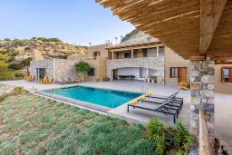 Фасад дома. Греция, Иерапетра : Роскошная пляжная вилла с бассейном и шикарным видом на море, 12 спален, 10 ванных комнат, барбекю, парковка, Wi-Fi